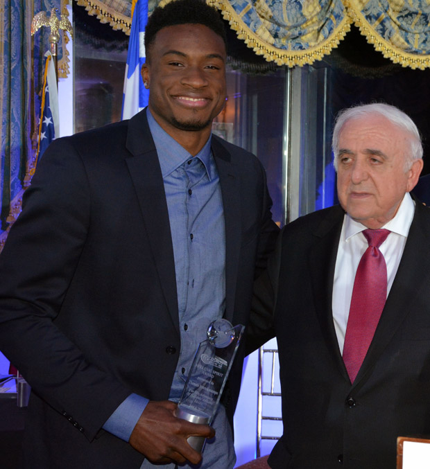 Thanasis Antetokounmpo receiving the award by Nick Andriotis. Photo ETA Press